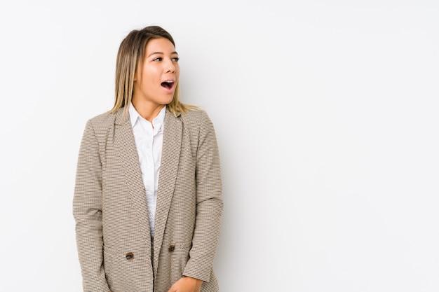 La mujer de negocios caucásica joven aisló ser sorprendida debido a algo que ella ha visto.