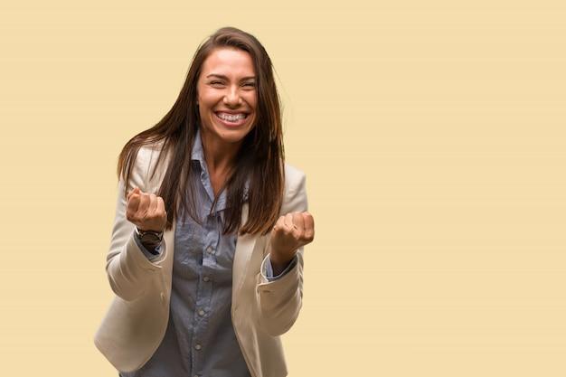 Mujer de negocios caucásica joven sorprendida y conmocionada