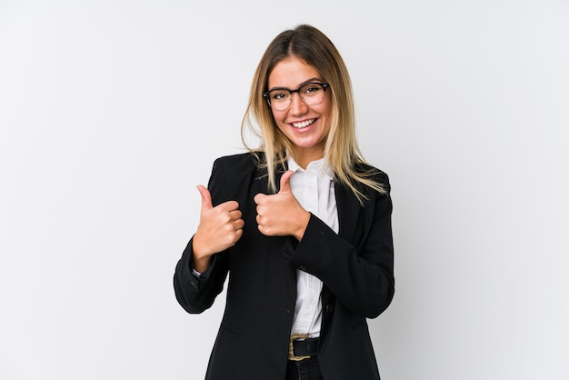 Mujer de negocios caucásico joven levantando ambos pulgares, sonriente y confiado.