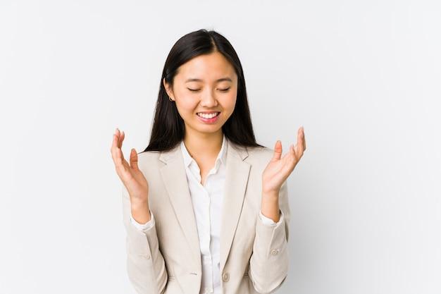 La mujer de negocios china joven aisló la risa alegre mucho. concepto de felicidad