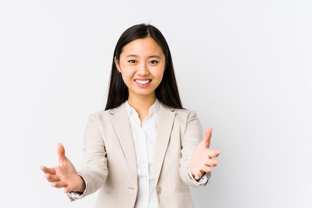 La mujer de negocios china joven se siente confiada dando un abrazo a la cámara.
