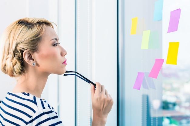 Mujer de negocios china planificando y organizando
