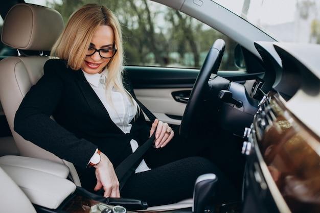 Mujer de negocios en coche en viaje de negocios