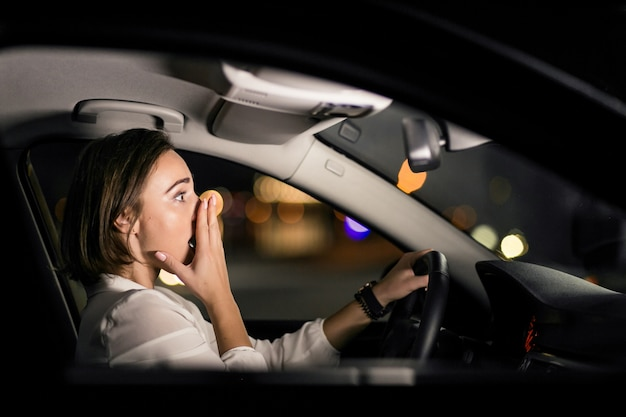 Mujer de negocios en el coche
