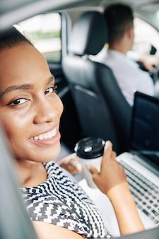Mujer de negocios, en el coche