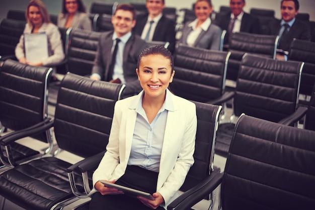 Mujer de negocios competitiva esperando la conferencia