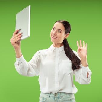 Mujer de negocios, con, computador portatil