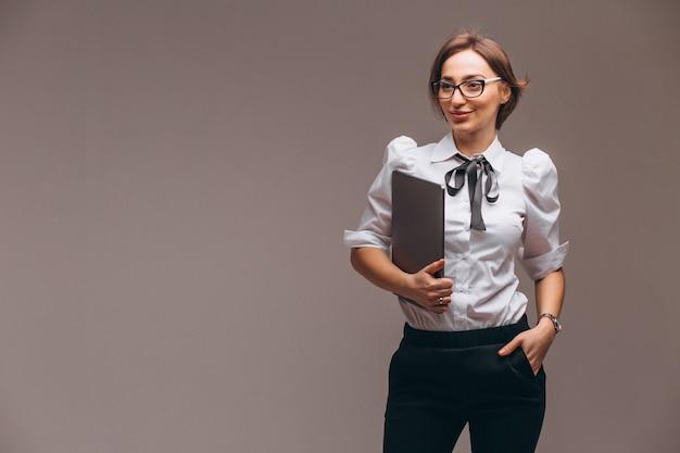 Mujer de negocios con la computadora aislada