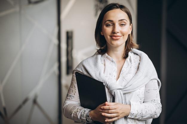 Mujer de negocios con computadora en la oficina