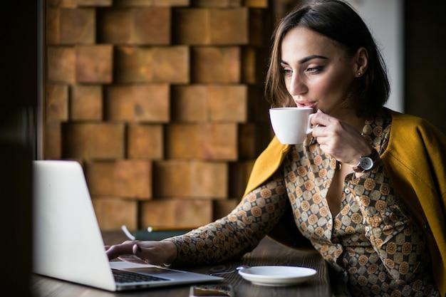 Mujer de negocios con computadora portátil