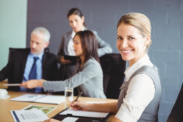 Mujer de negocios confidente en reunión de negocios