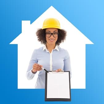 Mujer de negocios de construcción y bienes raíces en casco de constructor con portapapeles en blanco