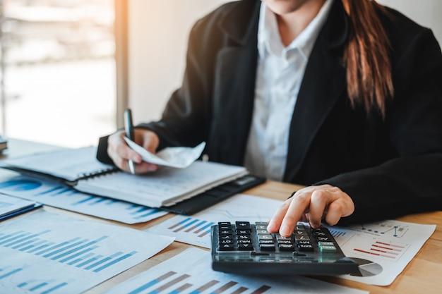 Mujer de negocios de contabilidad de inversión financiera en la calculadora