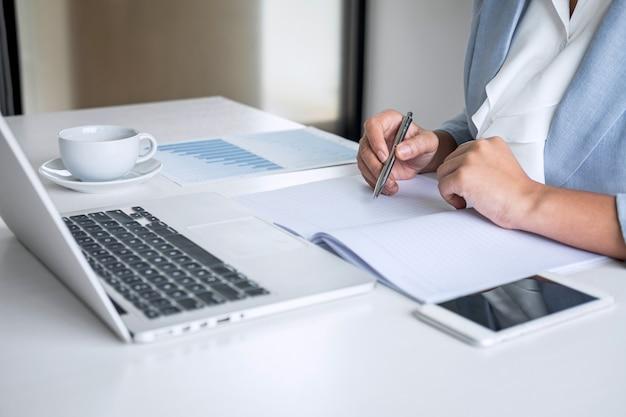 Mujer de negocios contable financiero trabajo auditoría y cálculo de gastos informe financiero anual
