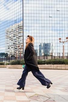Mujer de negocios, corriente, en, calle