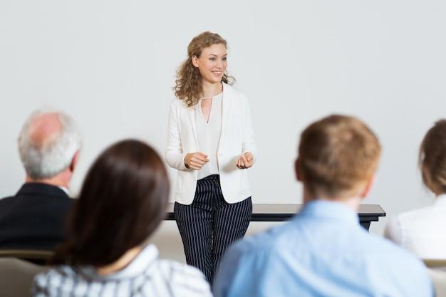 Mujer de negocios dando una conferencia