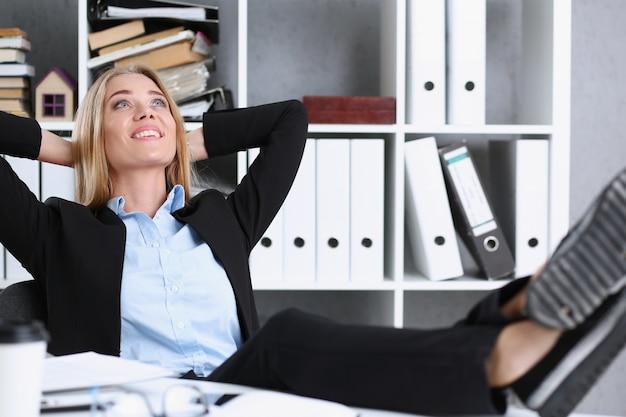 Mujer de negocios descansando en la oficina después de un día de trabajo arrojando