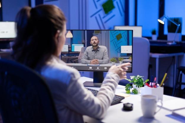 Mujer de negocios discutiendo el problema de los servicios personalizados en una videollamada durante una reunión en línea