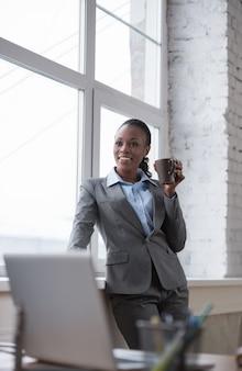 Mujer de negocios disfrutando de la pausa para el café