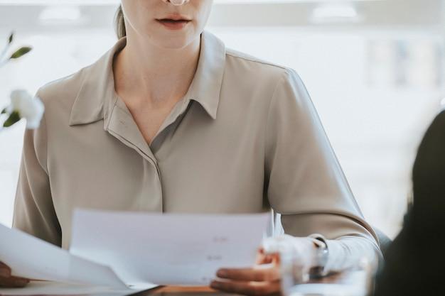 Mujer de negocios, con, un, documento