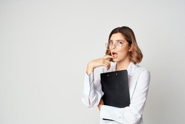 Mujer de negocios con documentos en manos gerente trabajo profesional