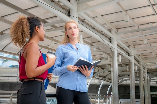 Mujer de negocios dos discutiendo en al aire libre