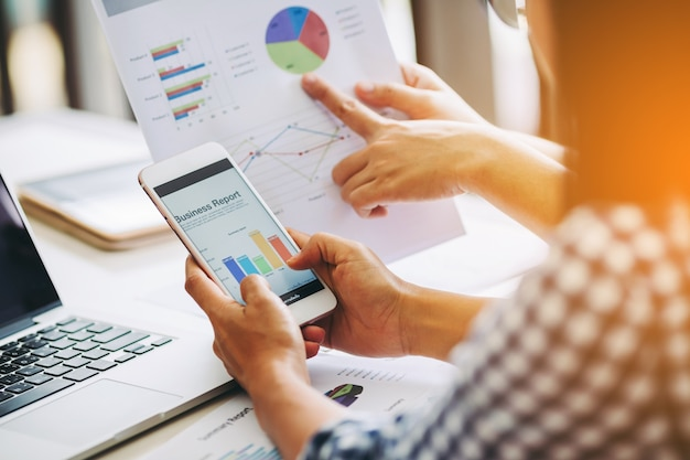 Mujer de negocios dos que analiza el balance del informe financiero de la compañía