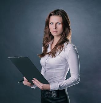 Mujer de negocios ejecutiva leyendo un documento comercial.