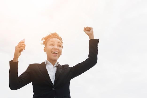 Mujer de negocios emocionada con espacio de copia