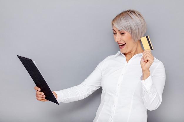 Mujer de negocios emocionada en la oficina