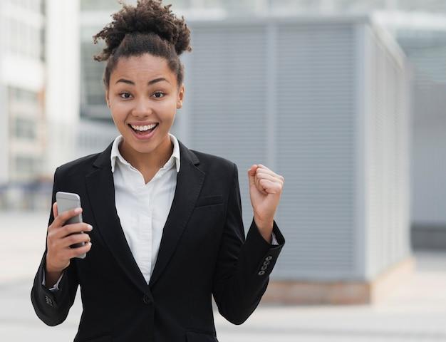 Mujer de negocios emocionada tiro medio