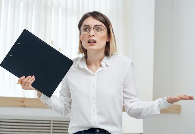 Mujer de negocios emocional en camisa blanca secretaria profesional de la oficina
