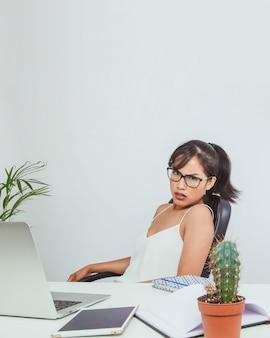 Mujer de negocios enfadada con su empleado