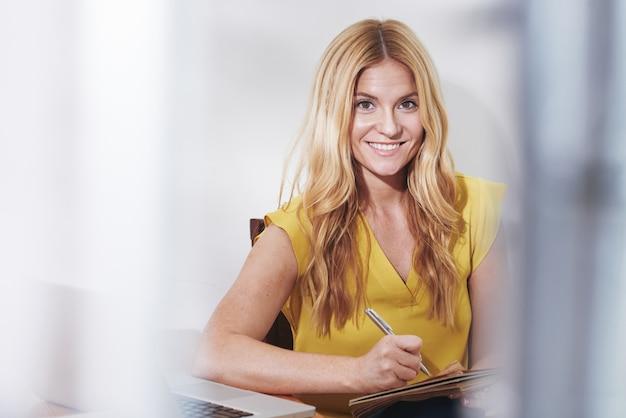 Mujer de negocios escribiendo ideas