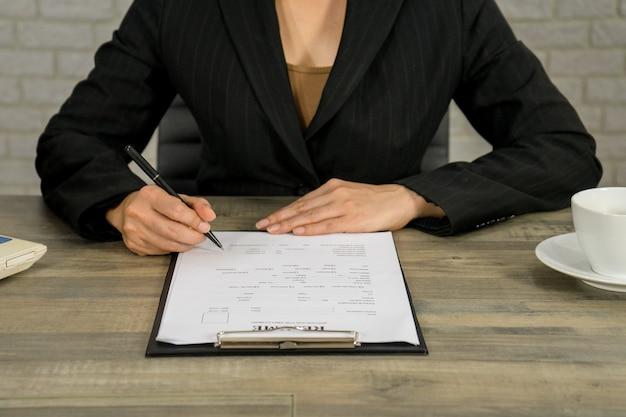 Mujer de negocios escribir curriculum vitae para aplicar el trabajo