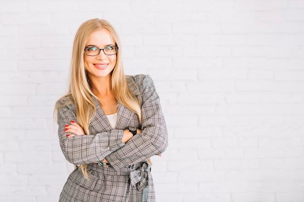 Mujer de negocios de estilo con los brazos cruzados