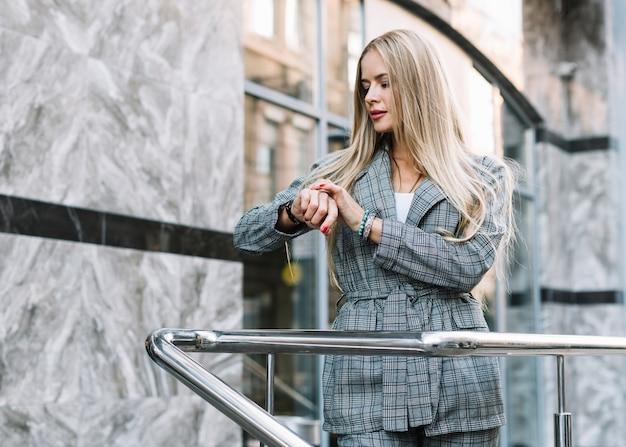 Mujer de negocios de estilo en entorno de ciudad