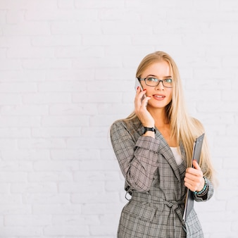 Mujer de negocios de estilo haciendo llamada