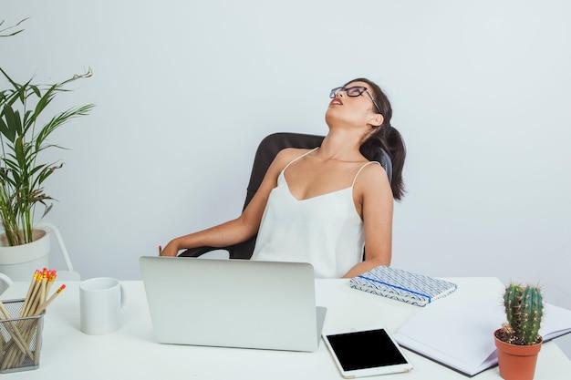 Mujer de negocios exhausta en su silla