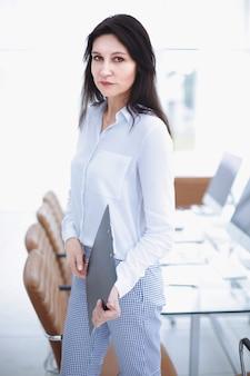 Mujer de negocios exitosa en el fondo de la oficina