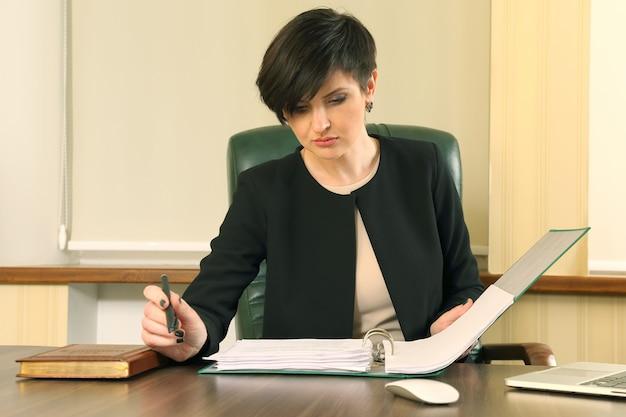 Mujer de negocios exitosa en la oficina