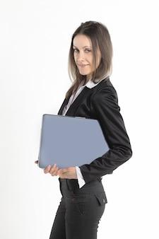 Mujer de negocios exitosa con un portátil abierto aislado sobre fondo blanco.