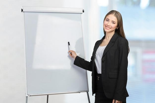 Mujer de negocios explicar en la pizarra