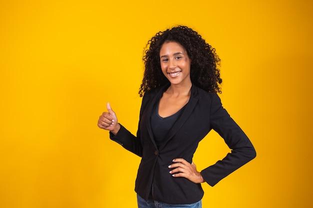 Mujer de negocios feliz dando pulgares