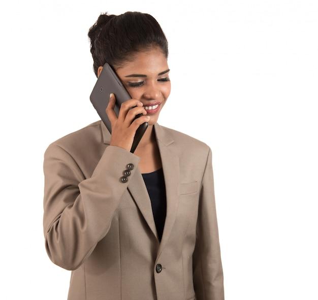 Mujer de negocios feliz hablando por teléfono móvil o teléfono inteligente aislado en espacio en blanco