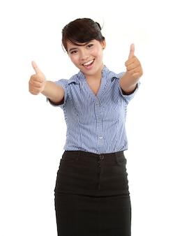 Mujer de negocios feliz mostrando sus pulgares hacia arriba