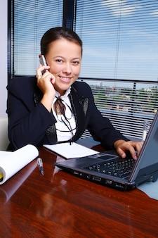 Mujer de negocios feliz en la oficina