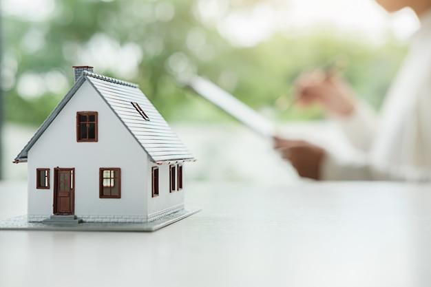 Mujer de negocios firma contrato para comprar casa,