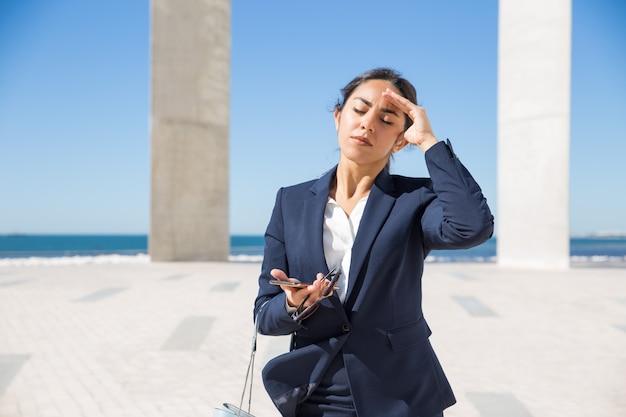 Mujer de negocios frustrada que sufre de calor