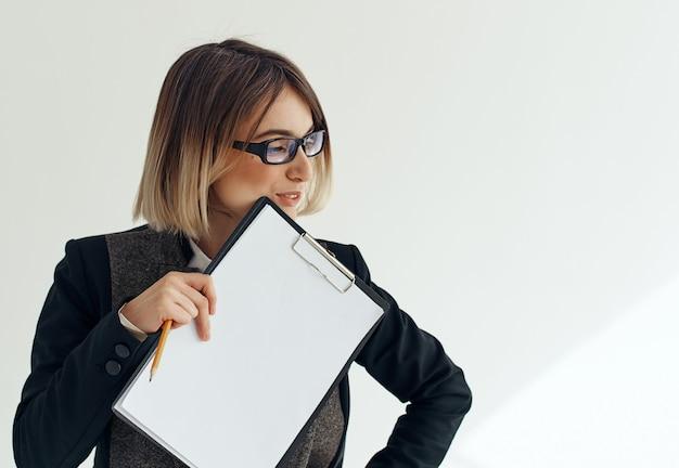 Mujer de negocios con gafas documentos trabajo anuncio de hoja en blanco